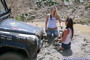 http://de.acidcow.com/pics/20100720/car_stuck_girls_06.jpg
