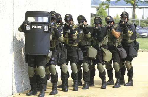 http://www.policemag.com/_Images/articles/PO0503-SWAT-2.jpg