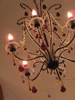 吹き抜けの天井にシャンデリアが。