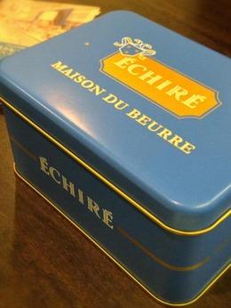 ブルーの可愛らしい缶。