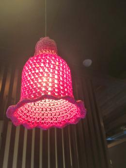 各テーブル上部に下がる照明。