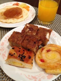 中央の焼き菓子が美味しかったホテルの朝食。