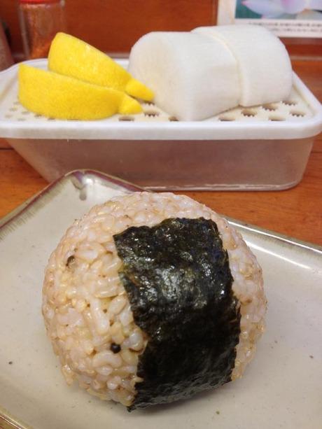 「玄米おにぎり(110円)」と大根おろし、レモン。