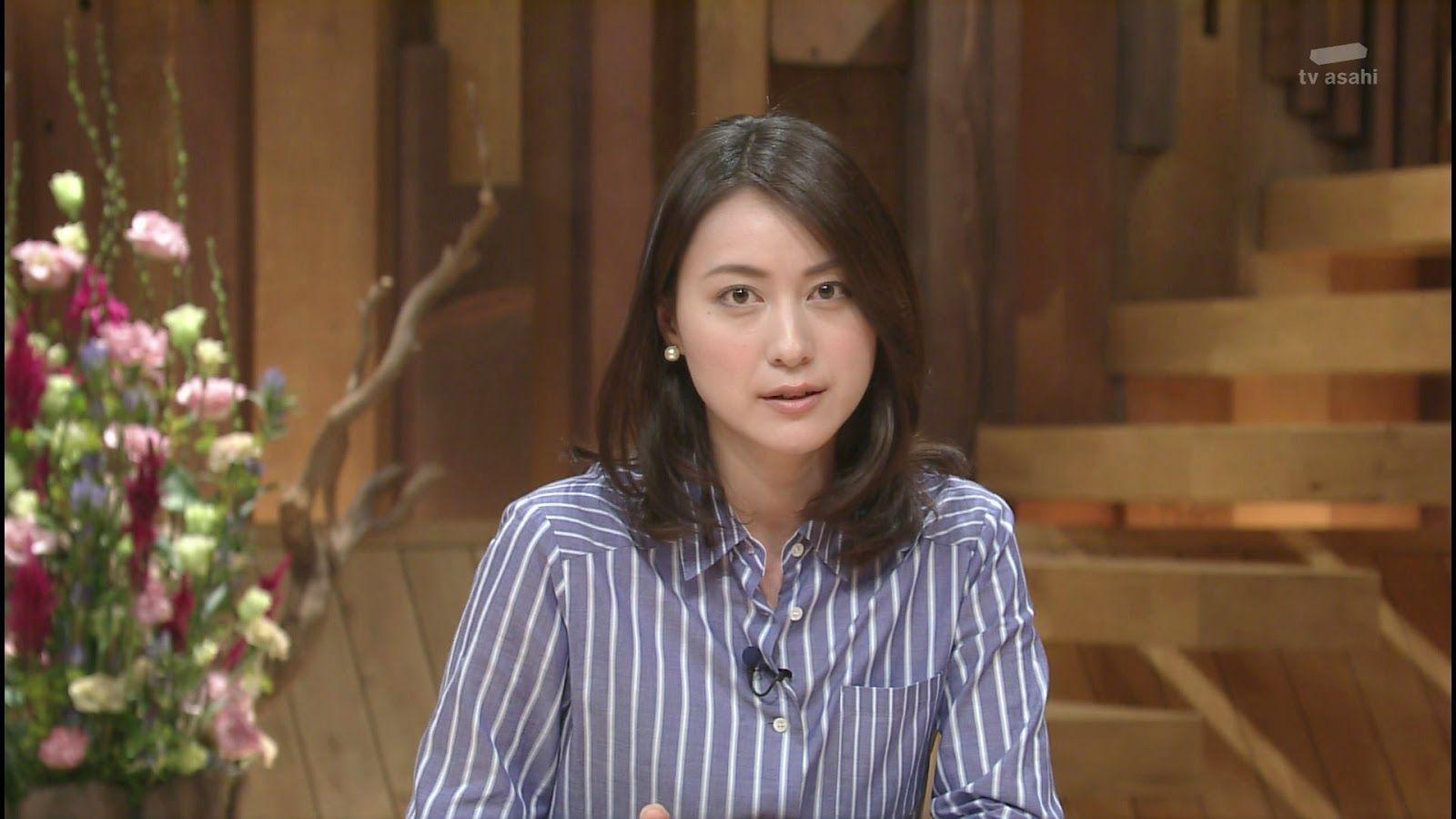 ストライプシャツの小川彩佳