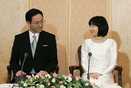 2003年1月、次兄の秋篠宮文仁親王の友人で幼少時から面識のあった東京都職員(現・東京都建設局第5建設事務所用地課長)の黒田慶樹と再会。2004年1月に求婚を受け