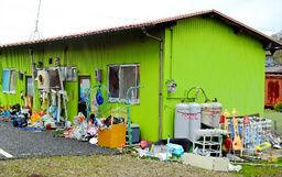 家の周囲にも捨てられていないゴミが積んであり、室内も家宅捜索に入った捜査関係者が仰天するほどのゴミ部屋状態だったそうだ。