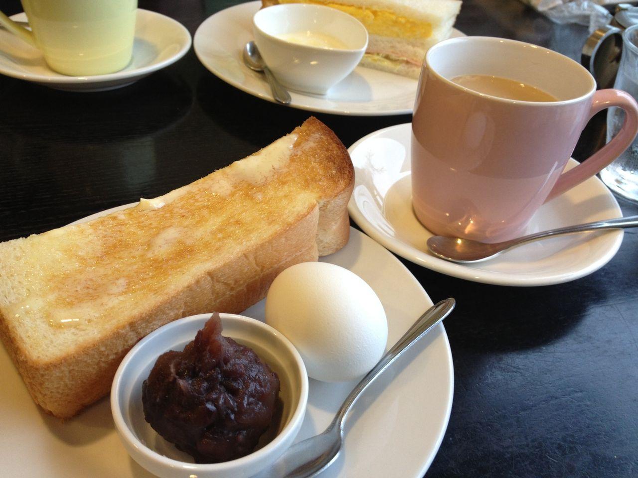 もうひとつは卵やハム、キャベツの入ったサンドウイッチに蜂蜜のかかったヨー... 名古屋モーニング