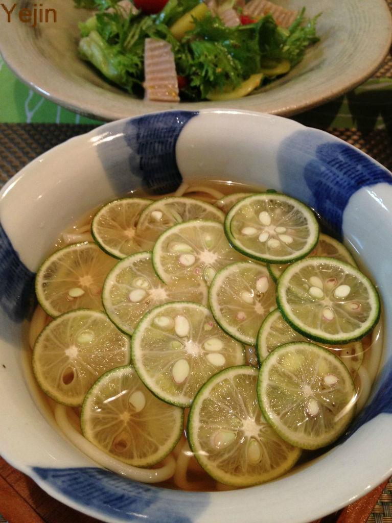 うどんなどの麺 2玉・うどんつゆ 500cc ・すだち 2~3コ 【 作り方 】 ①うどんのおつゆは市販のものでOKです。 粉末の時は昆布でとった水(だし)を使うと味