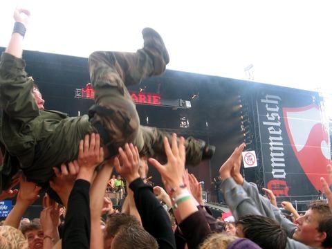 Crowd_surfing_parkpop_25juni2006
