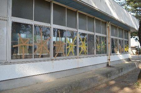 中学校の窓ガラスにサッカー日本代表選手の名前を落書きした中学教諭を逮捕