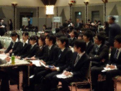就活にて 日本の学生「運動部で主将してました」 アメリカの学生「大学では~の研究してました」 何故なのか