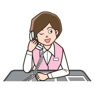 電話対応をする女性社員
