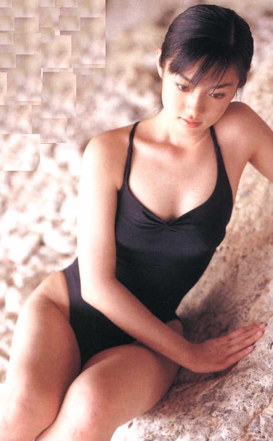 まだ幼さの残る水着の深田恭子