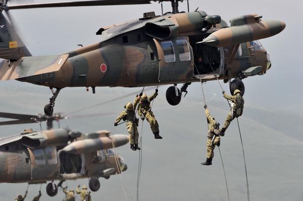 外国人「日本は憲法9条を改正して軍隊を持つべきだ!それは世界では当たり前のことだよ!」 海外の反応。