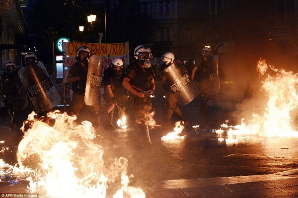 2A90127100000578-3160873-Surrounded_by_flames_riot_police_stan