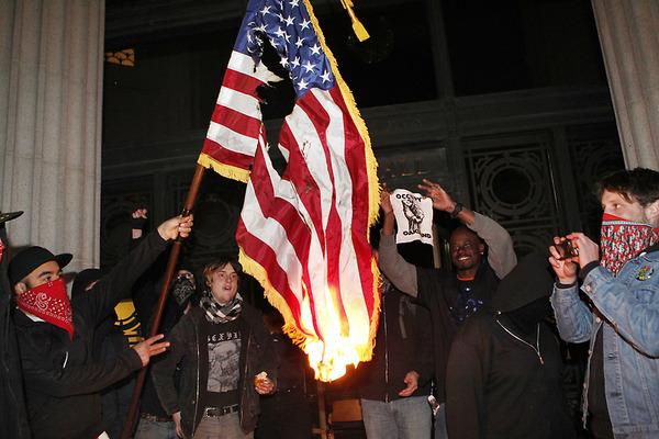 Oakland Occupy_Oakland queman bandera norteamericana
