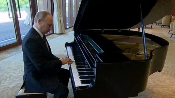 putin_piano