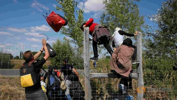 migrants-jump-over-a-road